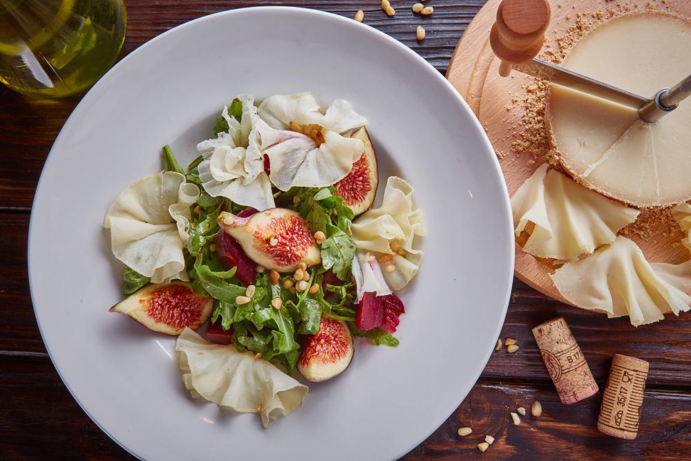 Салат с инжиром и печеной свеклой