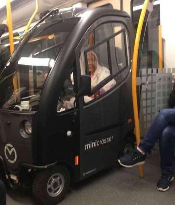Странные пассажиры и ситуации в метро (43 фото)