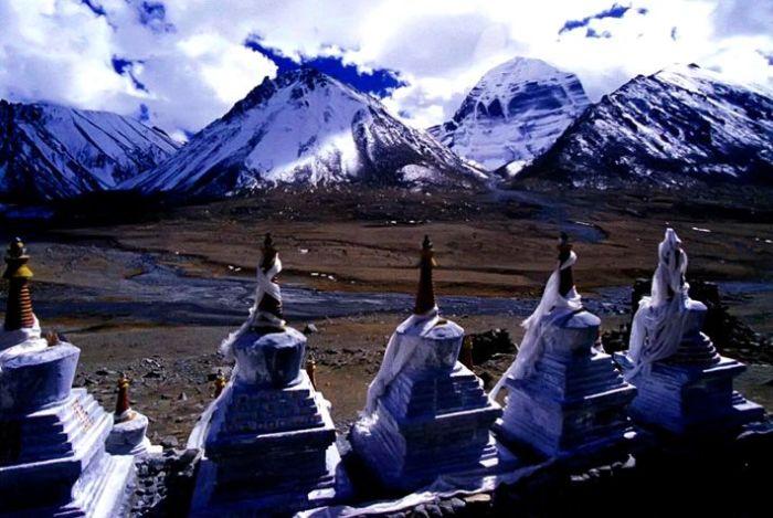 Ступы, выстроившиеся в ряд напротив горы Кайлас, охраняют монастырь Дрирапук. / Фото: www.geosfera.org