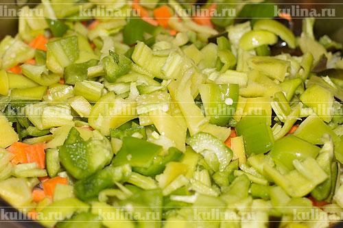 Сладкий перец разрезать пополам, удалить семена и перегородки, нарезать шашечками, положить в кастрюлю.