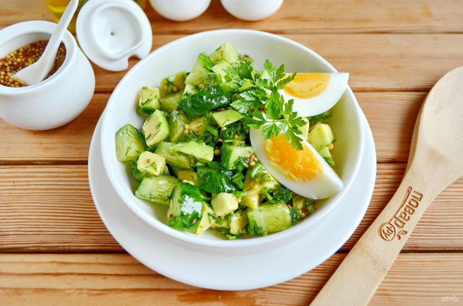 Пикантный зеленый салат с яйцом