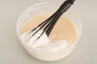 Частями вводим в блинное тесто взбитые белки, аккуратно вмешивая ложкой, лопаткой или ручным венчиком