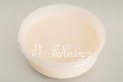 Затягиваем миску пищевой пленкой или просто чем-нибудь прикрываем и отправляем в холодильник на 30-40 минут (можно на час)