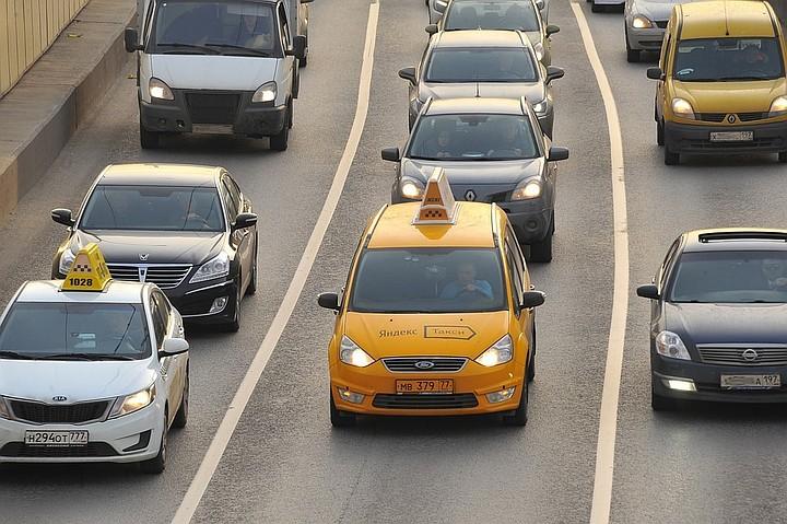 В Москве такси въехало в толпу людей