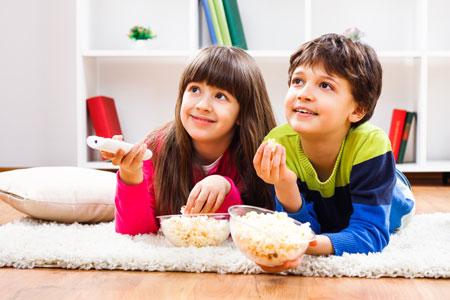 Ребенок, лето, телевизор: что происходит с детьми и подростками перед экраном