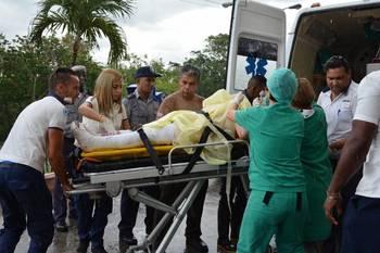 Кубинский лидер навестил в больнице выживших в авиакатастрофе