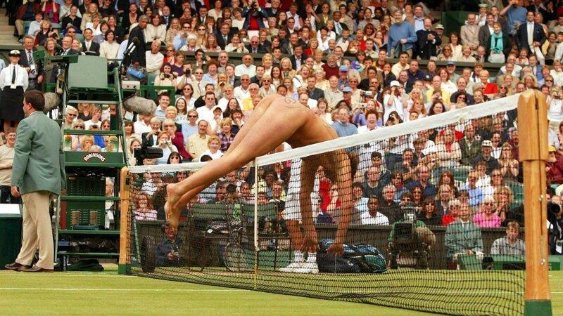 Робертс прыгает через сетку во время перерыва в мужском одиночном финале по теннису, Уимблдон, 2002 год Популярность, в мире, истории, история, люди, спорт, стрикер, футбол