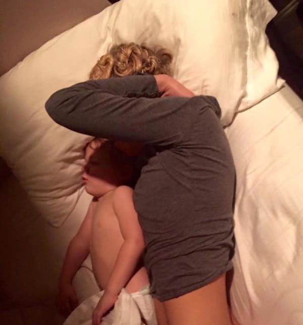Посмотрев на уставшую спящую…
