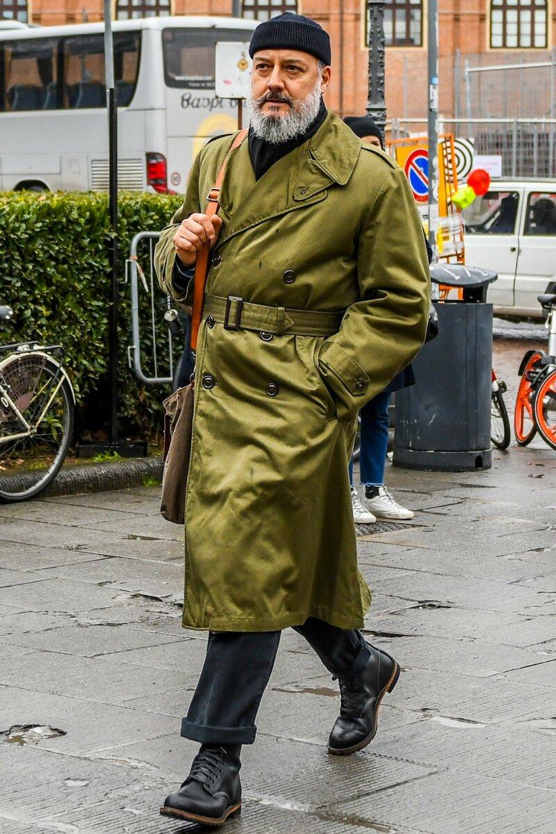 Черная шапка – модный и практичный аксессуар для межсезонья и зимы. /Фото: otokomaeken.com