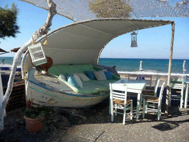 Еще одна старая лодка, превращенная в место летнего отдыха