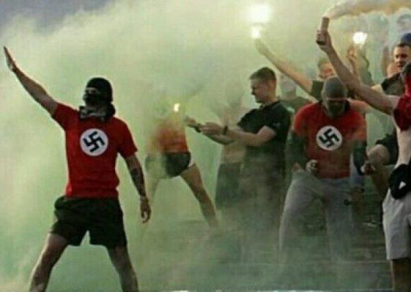 Футбольные фанаты в Виннице вышли на поле в футболках со свастикой и зиговали