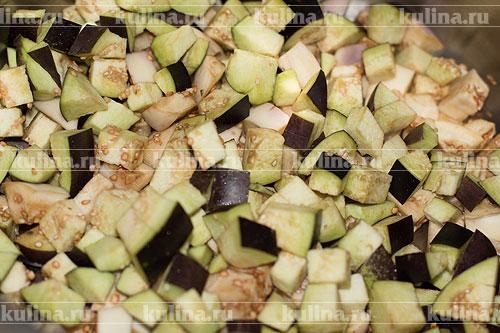 Все овощи хорошенько помыть. Баклажаны нарезать кубиком и положить в большую кастрюлю.