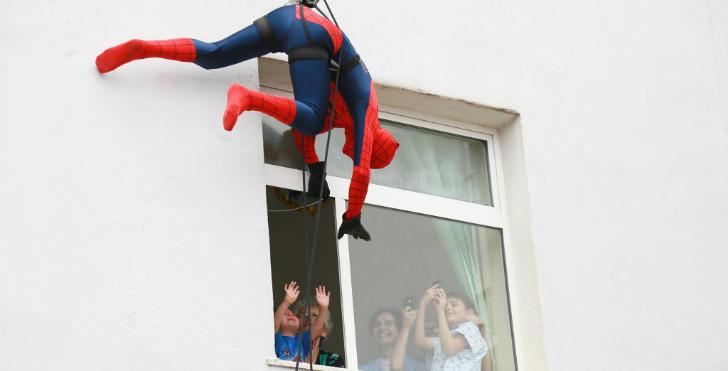 Албанские полицейские переоделись в супергероев, чтобы поздравить больных детей с праздником