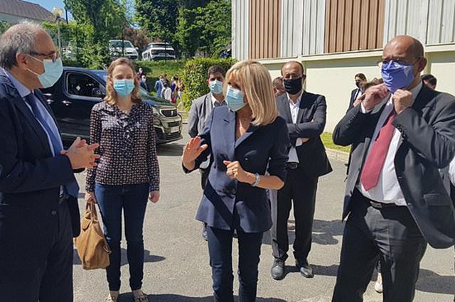 Первый официальный выход Брижит Макрон после карантина: первая леди Франции посетила больницу в Сен-Сен-Дени Новости