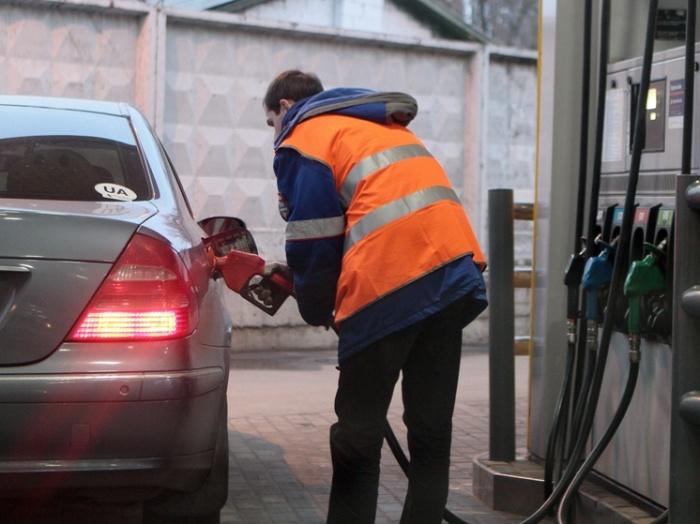 Опытные заправщики знают, как сэкономить на топливе. | Фото: segodnya.ua.
