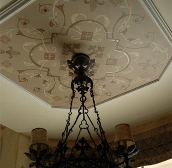 Декорируйте цент потолка потолочными розетками, трафаретами, медальонами