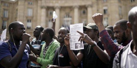 «Документы, жильё и — не выкинете»: Сотни африканцев устроили бунт в усыпальнице выдающихся французов