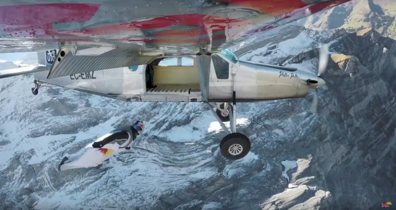 Французские бейсджамперы прыгнули с 4000-метровой высоты и влетели в самолет