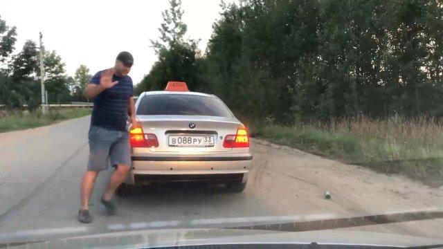 Таксист выбросил из салона пьяного пассажира