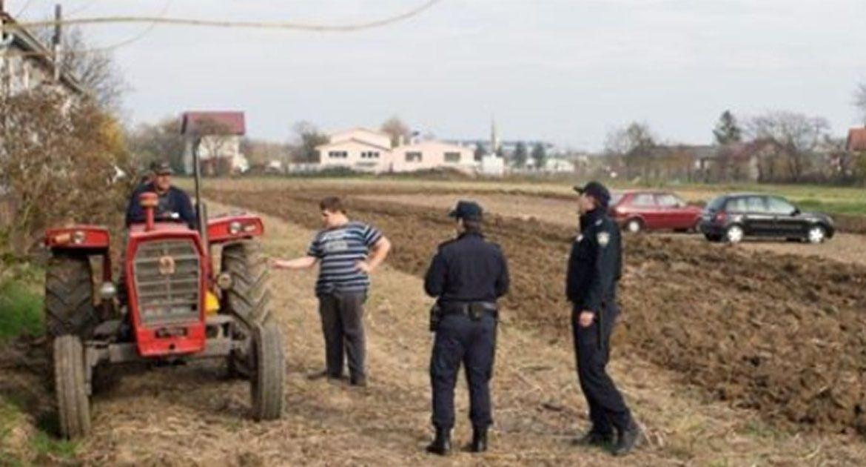 Фермер много раз просил не ставить машины на его земле