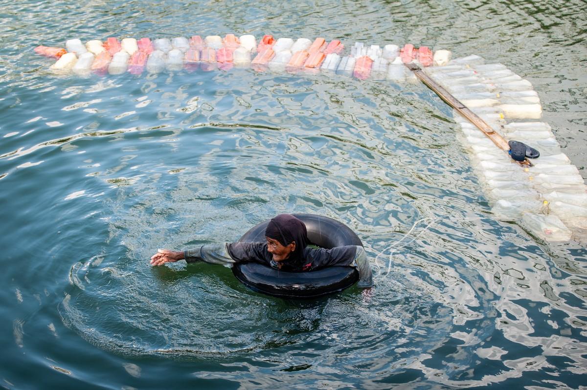 80-летние бабушки плавают по 3 км с 200 канистрами за спиной в поисках чистой воды Индонезия
