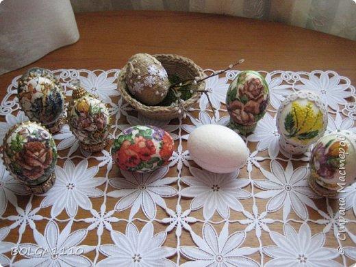 С праздником, дорогие мастерицы!Хочу поделится с вами своей придумкой ,как быстро и не дорого сделать заготовки яиц для дальнейшего декорирования.Не все могут купить готовые заготовки деревянные или пластиковые.Тем более если их надо много ,то это дорого.Обклеивать папье маше долго ,да и поверхность получается неровная.Пустая яичная скорлупа слишком хрупкая ,но если её подготовить таким образом то она становится достаточно прочной. фото 17