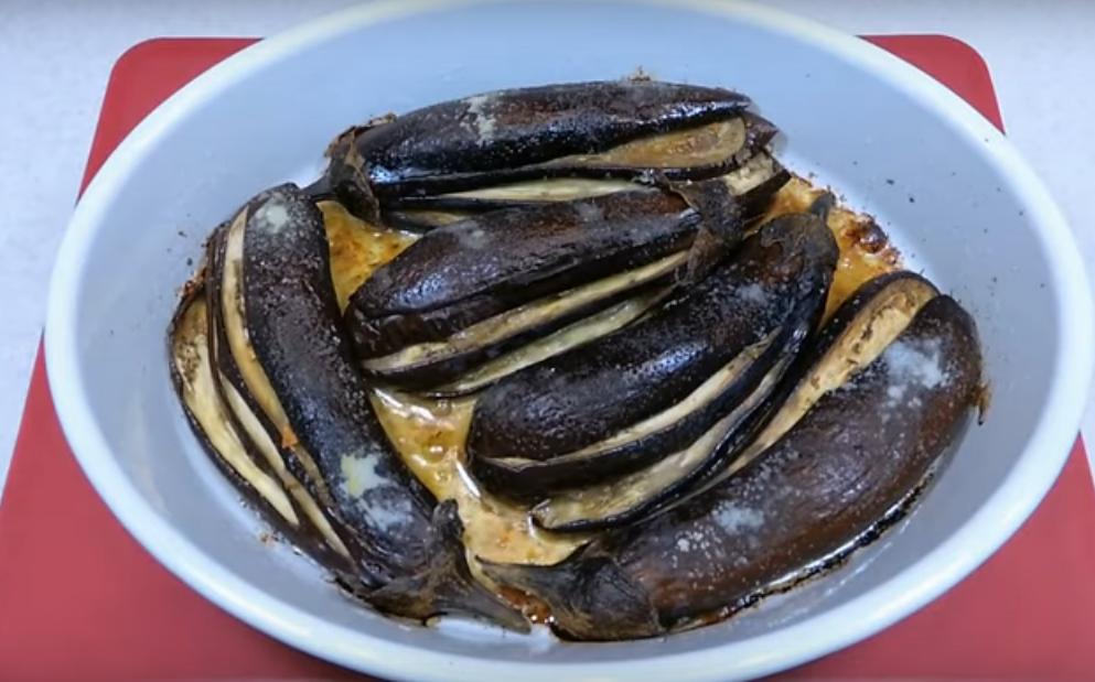Сочная закуска из баклажанов с салом