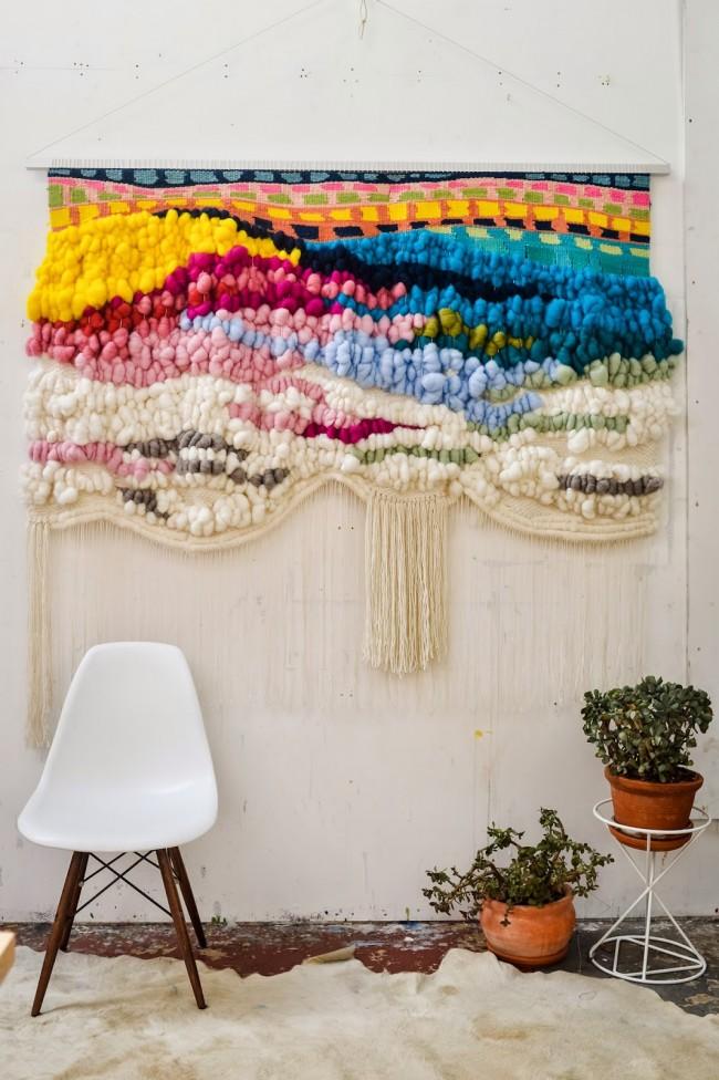 Иногда использование гобелена становится незаменимым декораторским приемом, позволяющим создать уют и ввести дополнительный цветовой акцент в дизайн интерьера