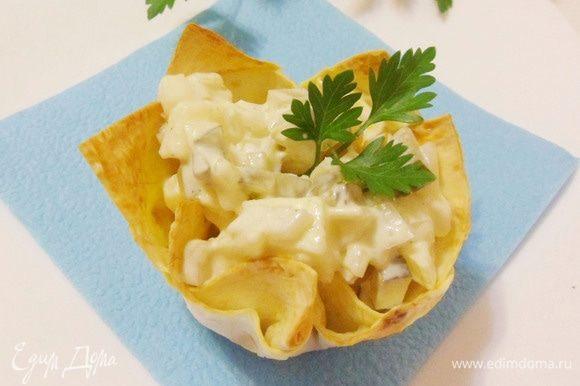 Луковый салат в корзиночках из лаваша готов.