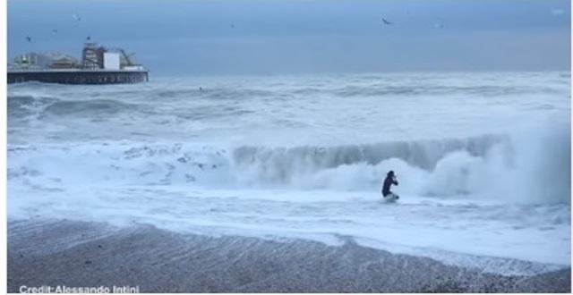Девушка отчаянно искала что-то в воде, рискуя жизнью! Оказалось, она пытается спасти жизнь…