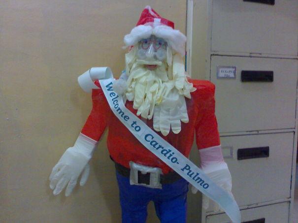 18. Больничный Санта из перчаток приветствует новых пациентов больница, медики, новый год, украшения