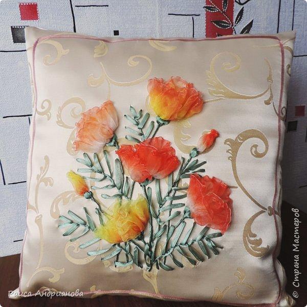 Декор подушки объёмными цветами
