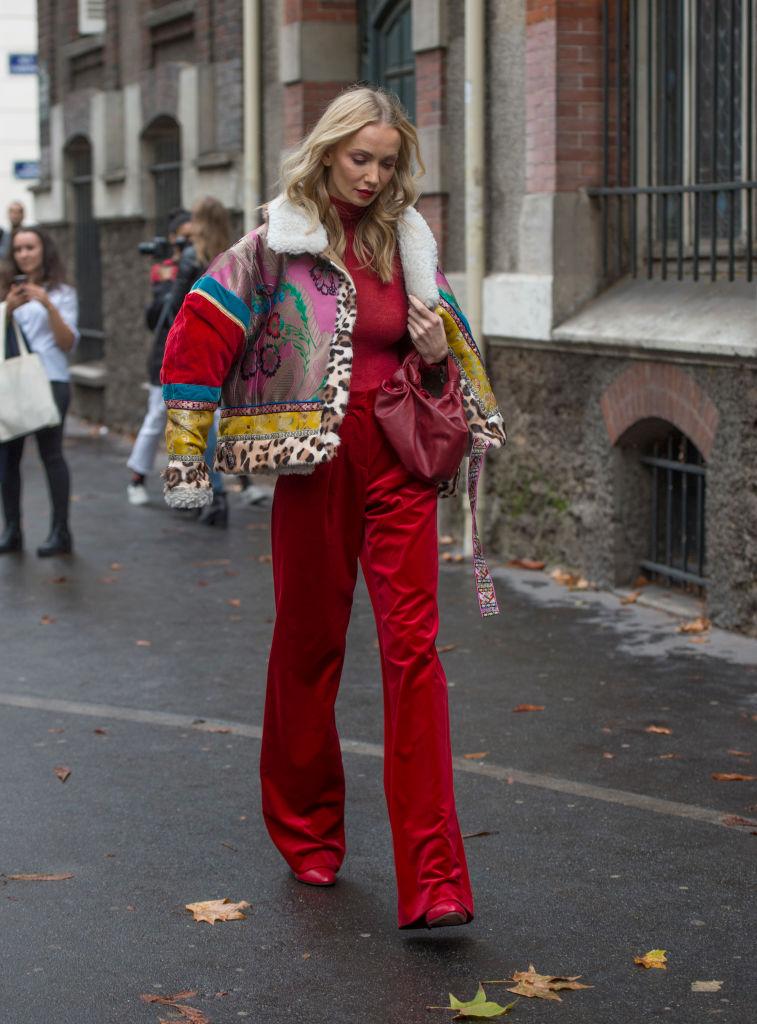 Девушка в красных широких брюках
