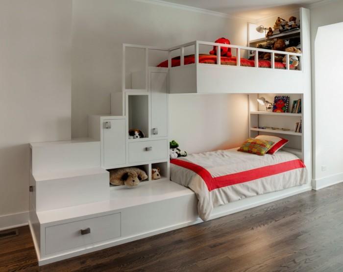Совмещенная двухэтажная кровать для детей с отсеками для хранения вещей считается наиболее выгодным и практичным решением в малогабаритной комнате.