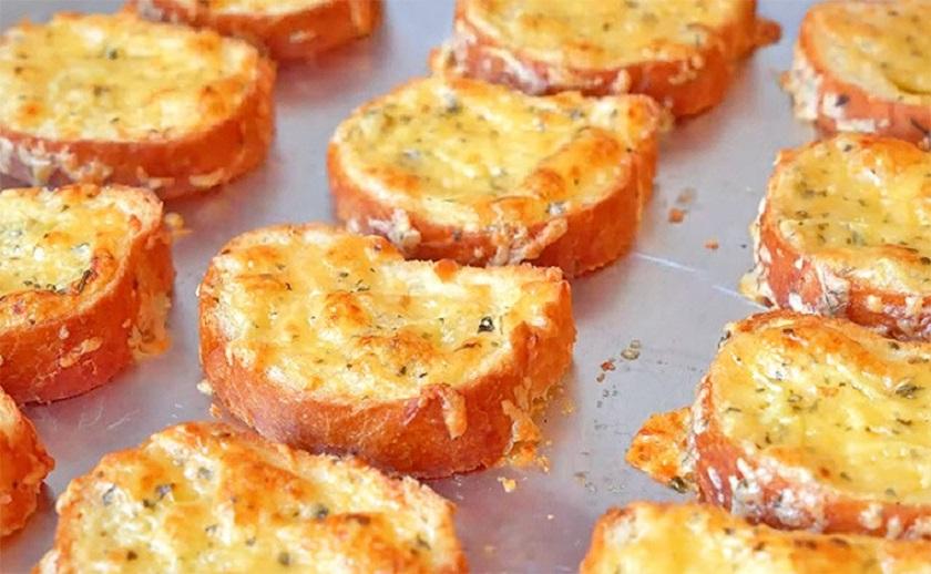 Чесночно-сырные гренки: станут идеальным дополнением к первому блюду