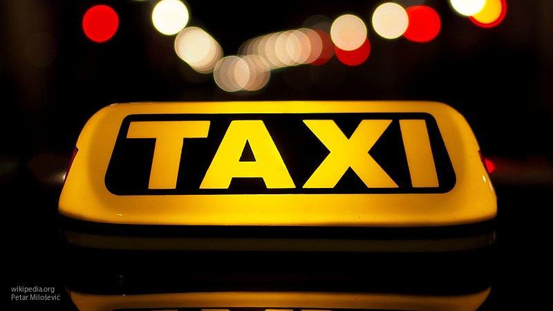 Женщина-водитель такси сорвала с шеи цепочку и выкрала сотню у своей пассажирки в Петербурге