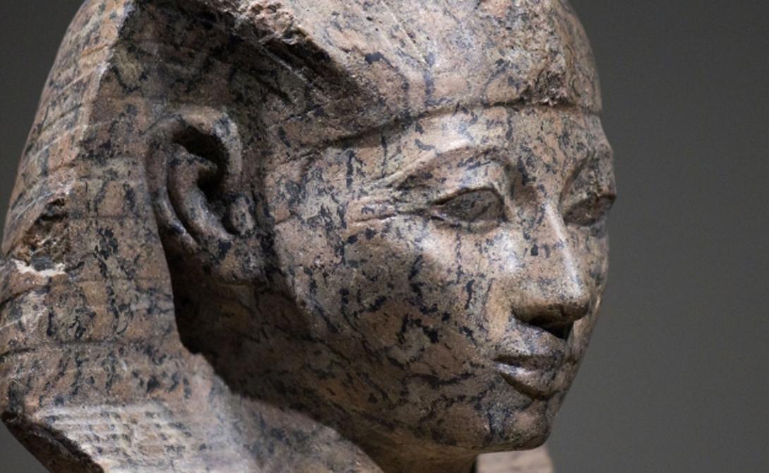 Фараон Посредником между богами и людьми выступал фараон. Его роль — бережно придерживаться тонкого баланса, сохраняя хорошие отношения с высшими силами. Египтяне считали, что фараон мог после смерти стать богом, если его сердце весит меньше пера.