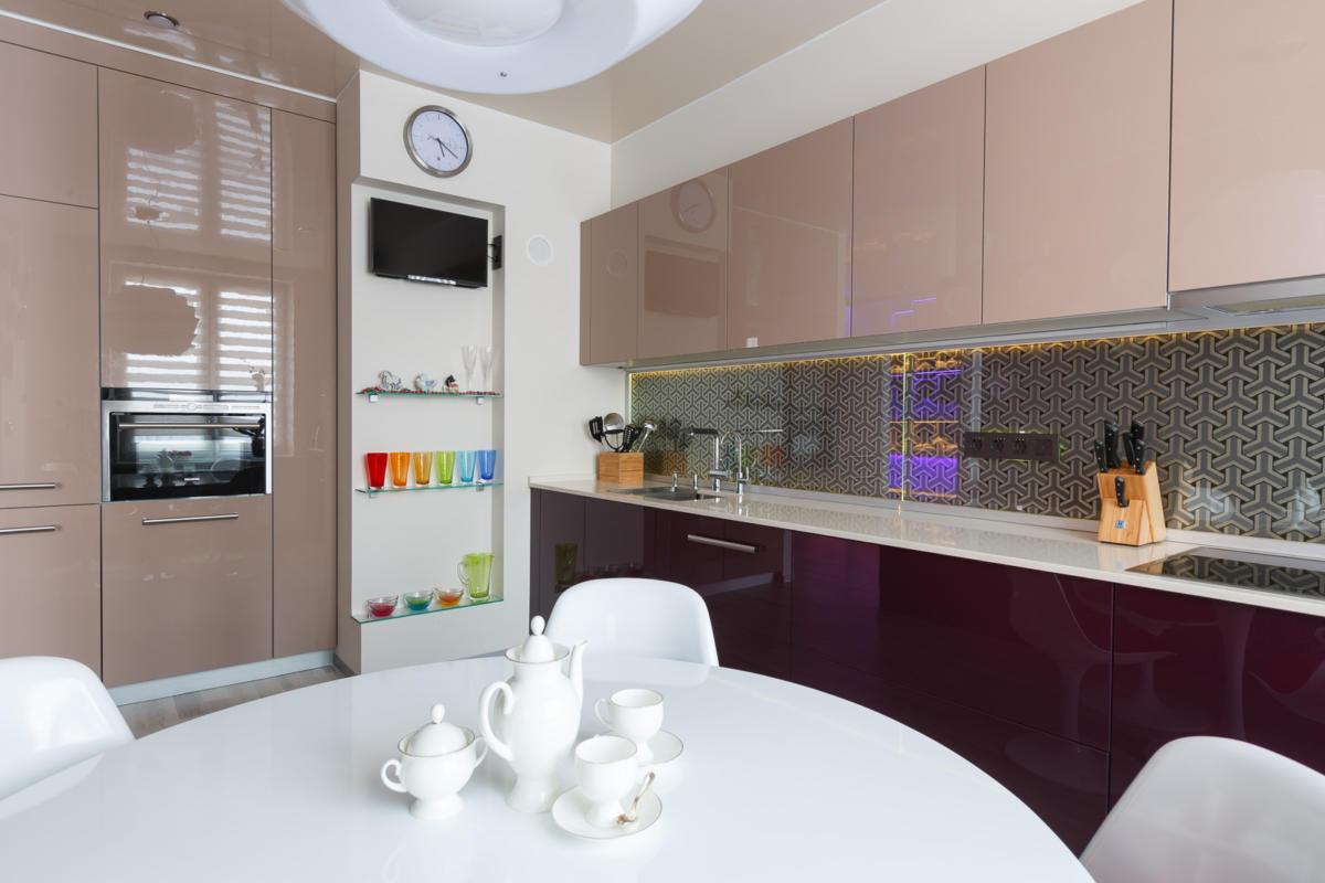 Кухня/столовая в цветах: Бежевый, Коричневый, Светло-серый, Сиреневый, Фиолетовый. Кухня/столовая в стиле: Минимализм.