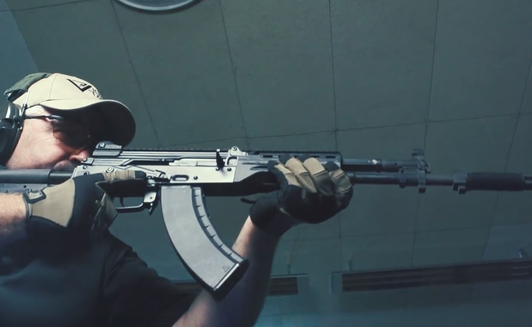 Разработка автомата началась после того, как выяснилось, что АК-12 не способен в полной мере удовлетворить нужды групп специального назначения. Эта модель больше подходит войскам пехоты. АК-400 же, оснащенный складным прикладом и потому компактный, станет личным оружием бойцов ФСБ и СБП.