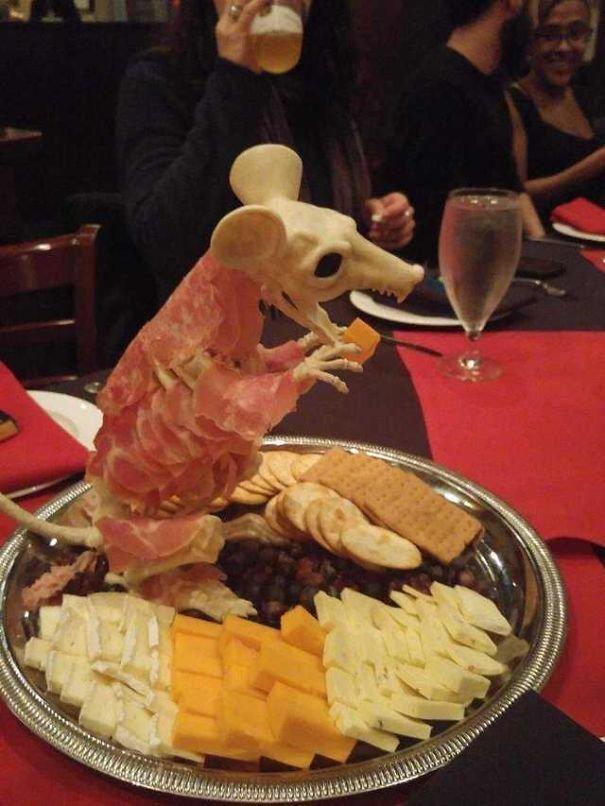2. Крыса с закусками блюдо, еда, идея, оригинальность, подача, ресторан, сервировка, странность