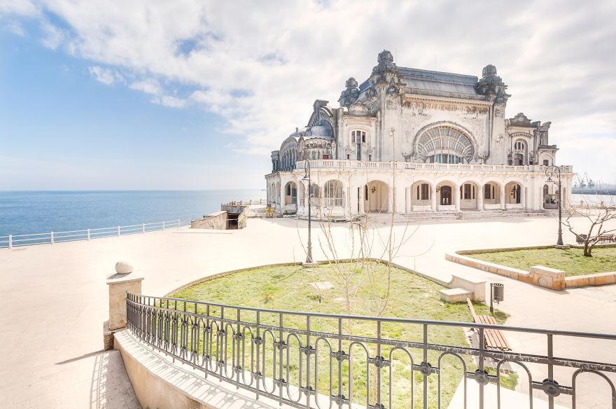 Заброшенное казино на берегу моря