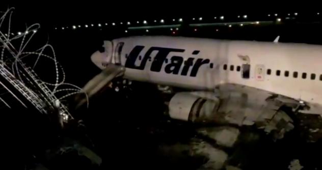 «Выбрасывали детей»: Пассажиры рассказали о панике на борту загоревшегося в Сочи самолета