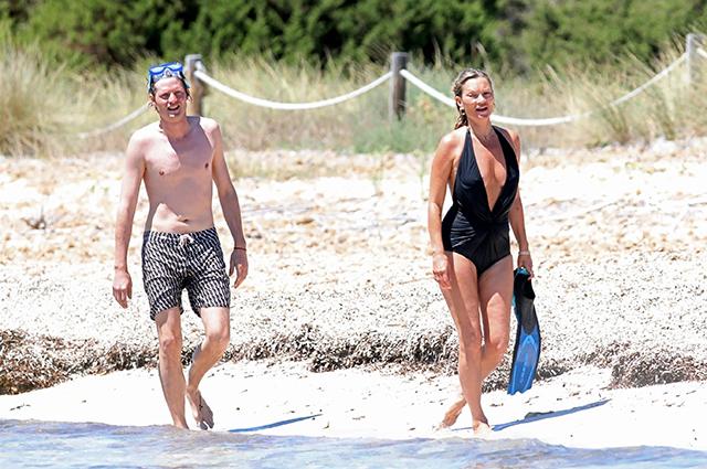 Кейт Мосс отдыхает с бойфрендом Николаем фон Бисмарком на острове Форментера: новые фото Звездные пары