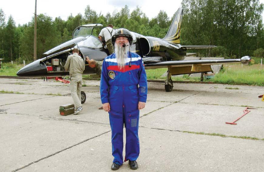 Отец Иов на фоне самолета Л-39, в котором летал на высший пилотаж