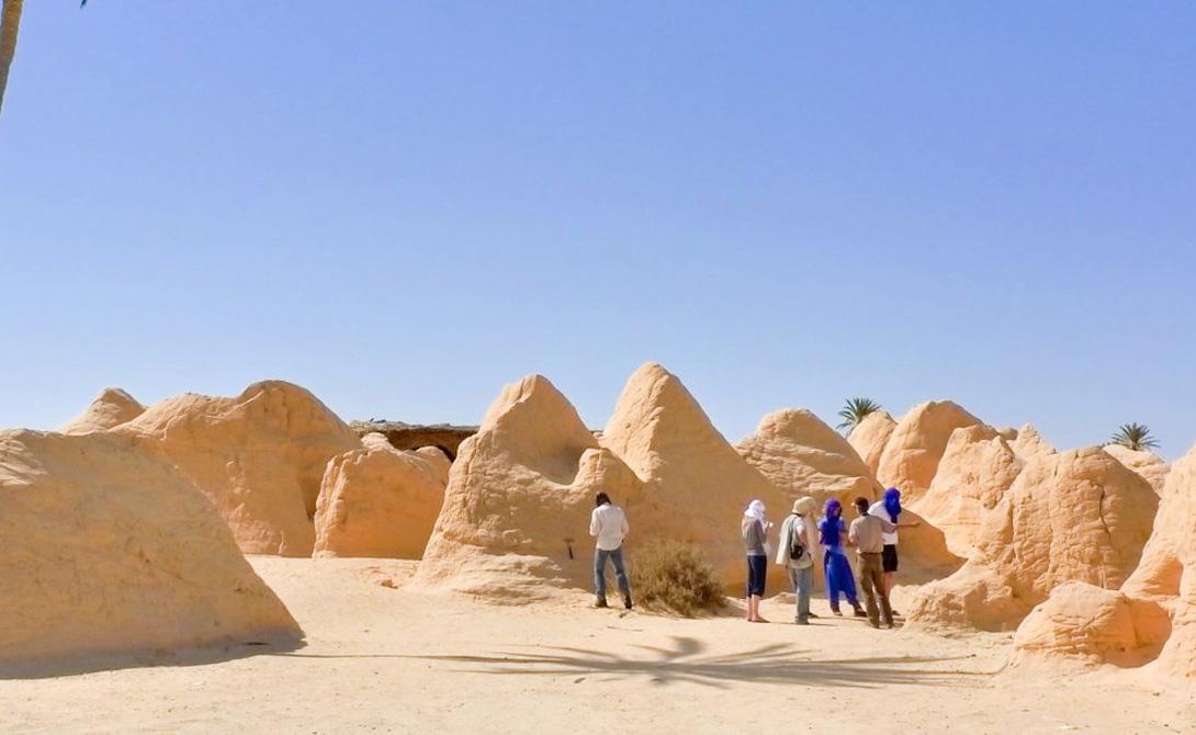КебилиТунисСчитается, что Кебили был основан почти 200 тысяч лет назад. Когда-то именно сюда прибывали караваны в поисках прохладной воды и отдыха — теперь же температура в Кебели частенько переваливает за 56 градусов.