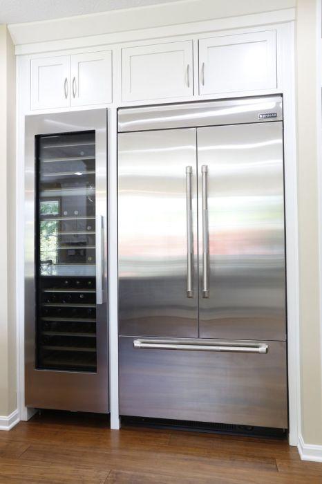 Встроенный холодильник в современном кухонном интерьере позволит значительно сэкономить пространство.