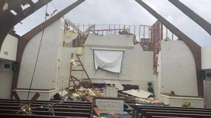 40 детей пели «Иисус любит нас», когда торнадо срывало крышу с церкви...