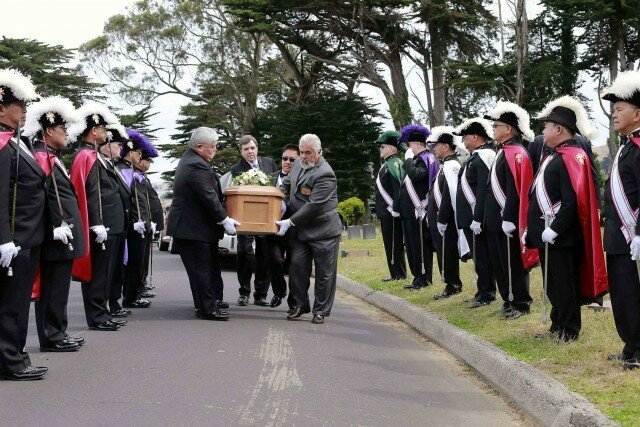 Торжественную часть похорон с оркестром и почетным караулом взяла на себя общественная организация «Рыцари Колумба» Сан-Франциско. На похоронах было 140 человек, наверняка гораздо больше чем полтора века назад. девочка, доброта, интересно, история, наука