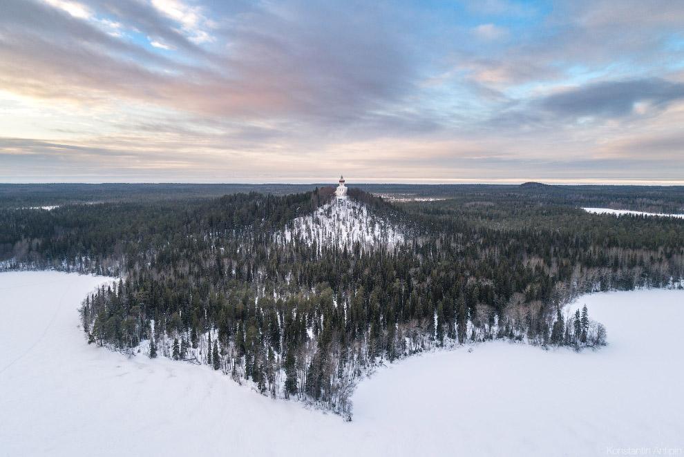 Высота горы – 73,5 метра. На вершине расположен храм-маяк.