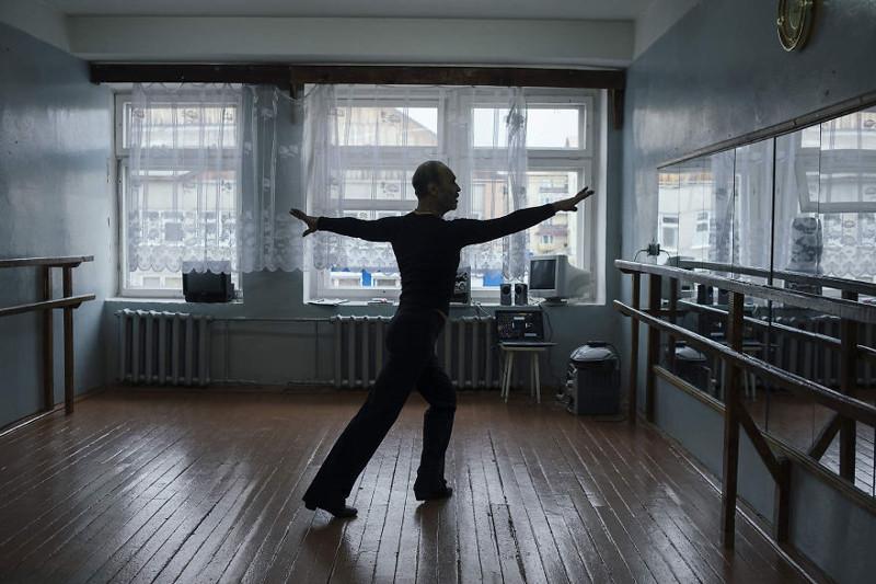 Кроме него в поселке больше не осталось танцоров, поэтому Геннадию приходится танцевать в одиночестве. По его словам, это единственный минус его жизни вдали от цивилизации. жизнь, интернет, люди, россия